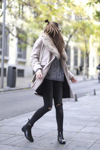 Как и с чем носить: розовое пальто с меховым воротником, серый свободный свитер, черные рваные джинсы скинни, черные кожаные ботинки челси