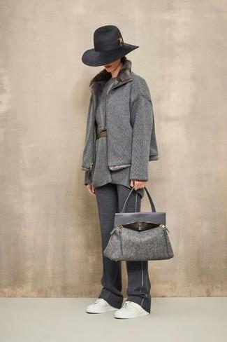 Темно-серая шерстяная большая сумка: с чем носить и как сочетать: Сочетание серого пальто с меховым воротником и темно-серой шерстяной большой сумки - очень практично, и поэтому идеально на каждый день. В качестве обуви сюда просятся белые кожаные низкие кеды.