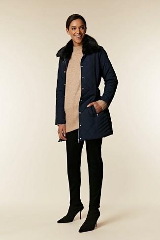 Как и с чем носить: темно-синее пальто с меховым воротником, бежевая шерстяная вязаная туника, черные узкие брюки, черные замшевые туфли