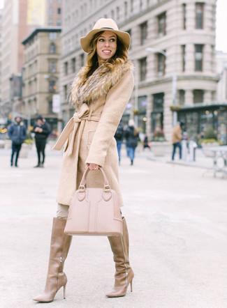 Как и с чем носить: бежевое пальто с меховым воротником, бежевые узкие брюки, светло-коричневые кожаные сапоги, бежевая кожаная большая сумка