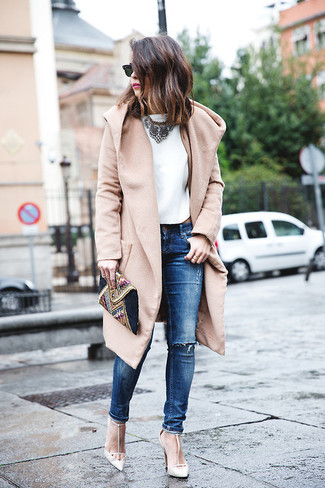 Для свидания в кино или кафе отлично подойдет сочетание светло-коричневого пальто и синих рваных джинсов скинни. Выбирая обувь, сделай ставку на классику и надень белые босоножки на каблуке.