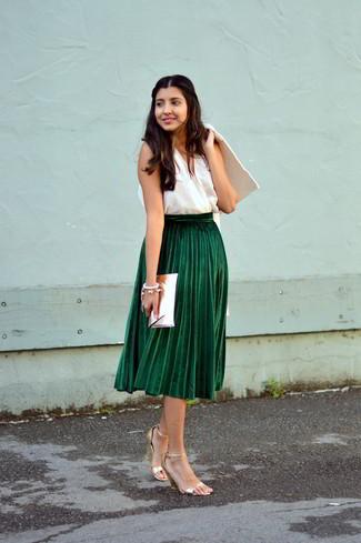 Как и с чем носить: белое пальто, белый топ без рукавов, темно-зеленая юбка-миди со складками, золотые кожаные босоножки на каблуке