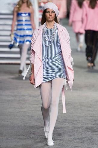 Белые кожаные балетки: с чем носить и как сочетать: Розовое пальто в вертикальную полоску и бело-синяя туника в вертикальную полоску — неотъемлемые вещи в арсенале стильной современной женщины. Ты сможешь легко адаптировать такой наряд к повседневным делам, надев белыми кожаными балетками.