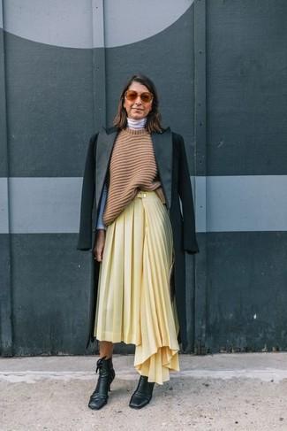 Как и с чем носить: черное пальто, светло-коричневая вязаная туника, белая водолазка, желтая юбка-миди со складками