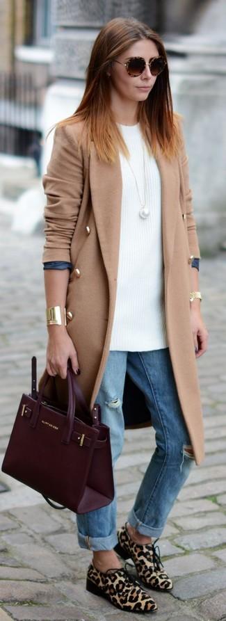 Модный лук: Светло-коричневое пальто, Белая вязаная туника, Голубые рваные джинсы-бойфренды, Бежевые туфли дерби из ворса пони с леопардовым принтом