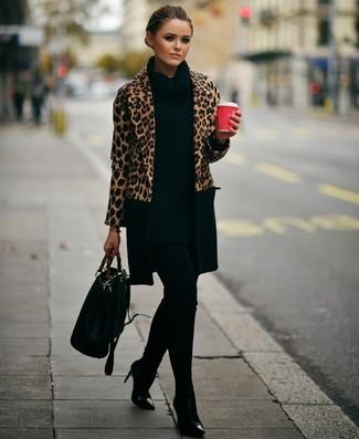 Как и с чем носить: светло-коричневое пальто с леопардовым принтом, черная вязаная туника, черные леггинсы, черные кожаные ботильоны