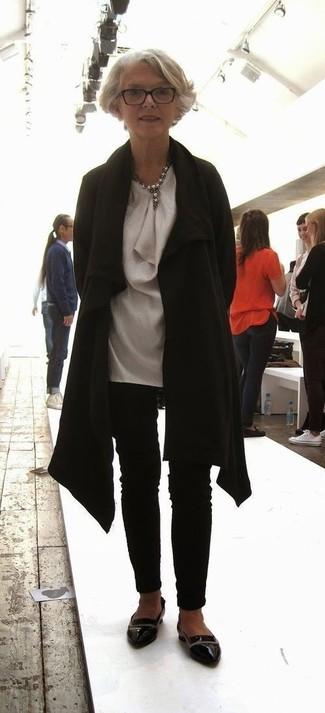 Модные женские луки 2020 фото: Комбо из черного пальто и черных узких брюк поможет выразить твой индивидуальный стиль и выгодно выделиться из толпы. Пара черных кожаных лоферов очень просто интегрируется в этот ансамбль.