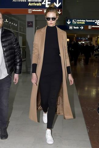 Как и с чем носить: светло-коричневое пальто, черная вязаная туника, черные узкие брюки, белые кожаные низкие кеды