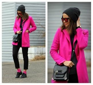 Розовые носки: с чем носить и как сочетать женщине: Если ты делаешь ставку на комфорт и функциональность, ярко-розовое пальто и розовые носки — хороший выбор для модного повседневного образа. Почему бы не добавить в этот образ на каждый день чуточку нарядности с помощью черных кожаных оксфордов?