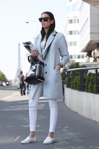 Как и с чем носить: голубое пальто, белый укороченный топ, белые джинсы скинни, белые слипоны
