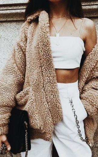 Как и с чем носить: светло-коричневое флисовое пальто, белый укороченный топ, белые спортивные штаны, черная замшевая сумка через плечо