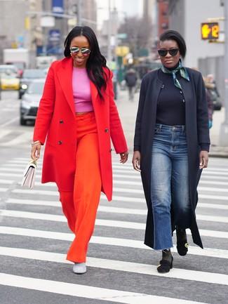 Как и с чем носить: красное пальто, ярко-розовый укороченный топ, оранжевые широкие брюки, серые замшевые ботильоны