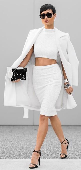 Как и с чем носить: белое пальто, белый укороченный топ, белая юбка-карандаш, черные кожаные босоножки на каблуке