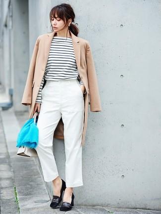Как и с чем носить: бежевое пальто, бело-черная футболка с длинным рукавом в горизонтальную полоску, белые брюки-галифе, черные замшевые туфли