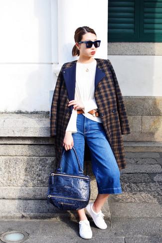 Как и с чем носить: темно-синее пальто в шотландскую клетку, белая футболка с длинным рукавом, синие джинсовые брюки-кюлоты, белые низкие кеды