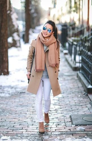 Как и с чем носить: светло-коричневое пальто, темно-синяя футболка с длинным рукавом в горизонтальную полоску, белые джинсы скинни, светло-коричневые замшевые ботильоны