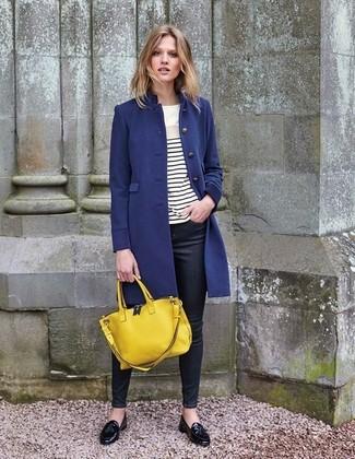 Как и с чем носить: темно-синее пальто, бело-черная футболка с длинным рукавом в горизонтальную полоску, черные джинсы скинни, черные кожаные лоферы с кисточками