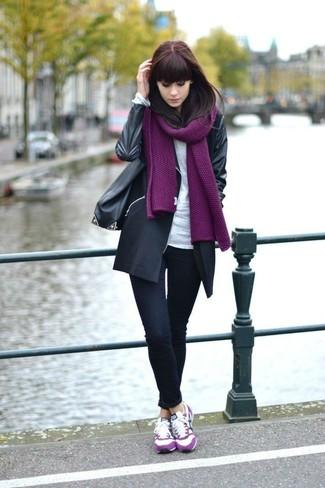 Как и с чем носить: черное пальто, белая футболка с длинным рукавом, черные джинсы скинни, ярко-розовые замшевые низкие кеды