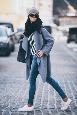 Как и с чем носить: серое пальто, черно-белая футболка с длинным рукавом в горизонтальную полоску, синие джинсы скинни, белые низкие кеды
