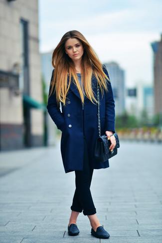 Как и с чем носить: темно-синее пальто, темно-синяя футболка с длинным рукавом, черные джинсы скинни, черные кожаные лоферы