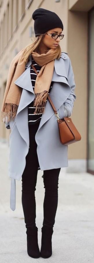 Как и с чем носить: светло-фиолетовое пальто, черно-белая футболка с длинным рукавом в горизонтальную полоску, черные джинсы скинни, черные замшевые ботильоны
