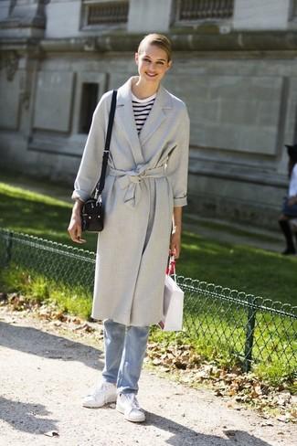 Бело-темно-синяя футболка с длинным рукавом в горизонтальную полоску: с чем носить и как сочетать женщине: Бело-темно-синяя футболка с длинным рукавом в горизонтальную полоску и голубые джинсы — обязательные вещи в арсенале барышень с превосходным вкусом в одежде. Закончив лук белыми кожаными низкими кедами, ты привнесешь в него немного легкомысленности.
