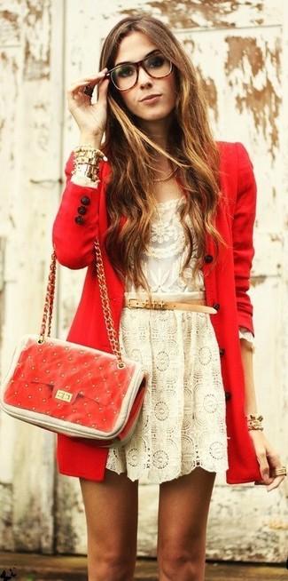 Как и с чем носить: красное пальто, бежевая кружевная футболка с длинным рукавом, бежевая кружевная короткая юбка-солнце, красная кожаная стеганая сумка через плечо