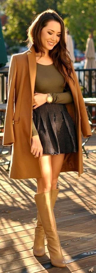 Как и с чем носить: светло-коричневое пальто, оливковая футболка с длинным рукавом, черная короткая юбка-солнце в клетку, светло-коричневые кожаные сапоги
