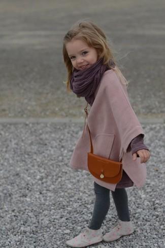 Как и с чем носить: розовое пальто, темно-пурпурная футболка с длинным рукавом, серые леггинсы, серые ботинки дезерты