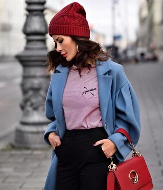 Как и с чем носить: синее пальто, красная футболка с длинным рукавом в горизонтальную полоску, черные узкие брюки, красная кожаная сумка-саквояж