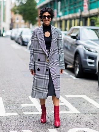 Как и с чем носить: серое пальто в шотландскую клетку, черная футболка с длинным рукавом с вырезом, темно-серая джинсовая юбка-миди, красные кожаные ботильоны