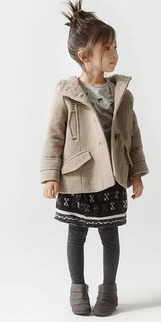 Как и с чем носить: бежевое пальто, серая футболка с длинным рукавом, черная юбка, серые ботинки
