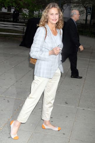 Как и с чем носить: серое пальто в шотландскую клетку, серая футболка с круглым вырезом, бежевые брюки чинос, оранжевые кожаные балетки