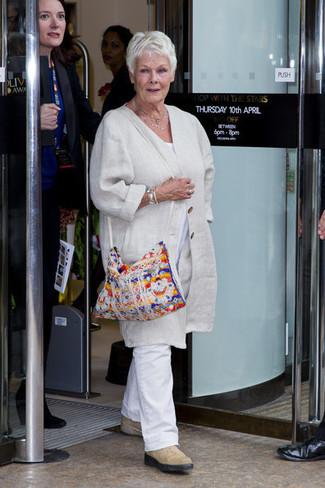 Как и с чем носить: бежевое льняное пальто, белая футболка с круглым вырезом, белые льняные брюки чинос, бежевые замшевые ботинки челси