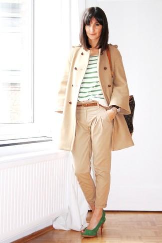 Как и с чем носить: бежевое пальто, зеленая футболка с круглым вырезом в горизонтальную полоску, бежевые брюки чинос, зеленые замшевые туфли