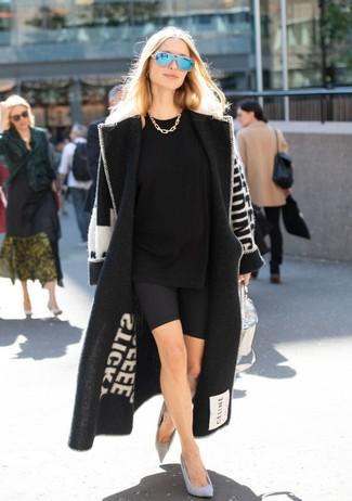 Как и с чем носить: черно-белое пальто с принтом, черная футболка с круглым вырезом, черные велосипедки, серые замшевые туфли