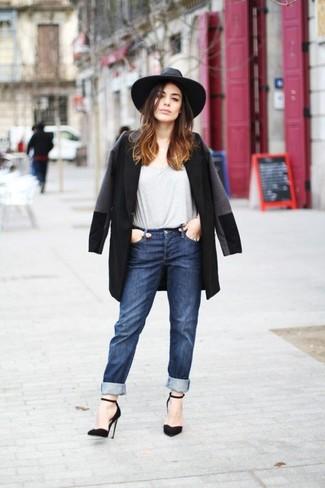 Как и с чем носить: черное пальто, серая футболка с круглым вырезом, темно-синие джинсы-бойфренды, черные замшевые туфли