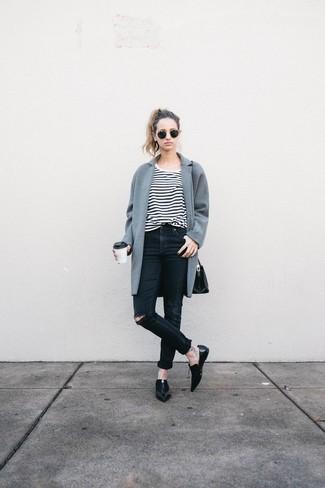 Модный лук: Серое пальто, Бело-черная футболка с круглым вырезом в горизонтальную полоску, Черные рваные джинсы скинни, Черные кожаные лоферы