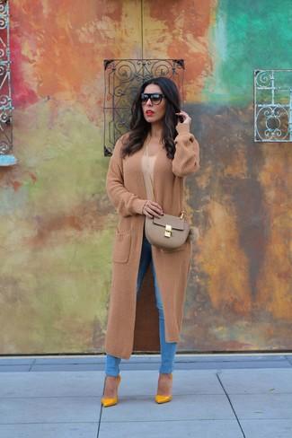 Как и с чем носить: светло-коричневое вязаное пальто, светло-коричневая футболка с круглым вырезом, синие джинсы скинни, горчичные кожаные туфли
