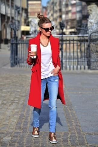 Как и с чем носить: красное пальто, белая футболка с круглым вырезом, голубые рваные джинсы скинни, коричневые высокие кеды
