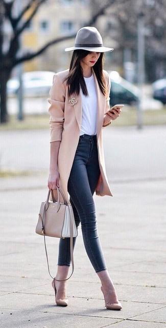 Как и с чем носить: розовое пальто, белая футболка с круглым вырезом, темно-синие джинсы скинни, бежевые кожаные туфли