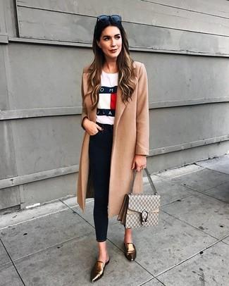 Как и с чем носить: светло-коричневое пальто, белая футболка с круглым вырезом с принтом, черные джинсы скинни, золотые кожаные лоферы