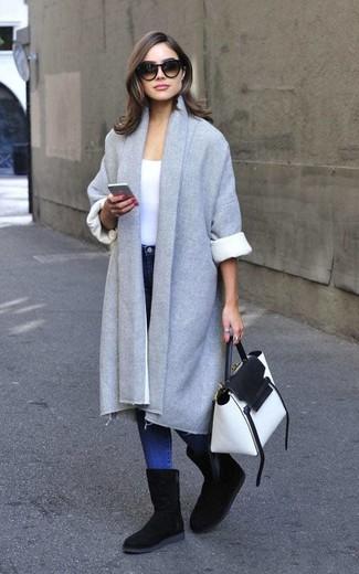Как и с чем носить: серое пальто, белая футболка с круглым вырезом, синие джинсы скинни, черные угги