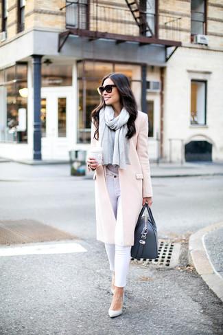 Как и с чем носить: розовое пальто, серая футболка с круглым вырезом, белые джинсы скинни, белые кожаные туфли