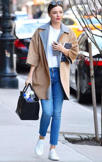Как и с чем носить: светло-коричневое пальто, белая футболка с круглым вырезом, синие джинсы скинни, белые низкие кеды