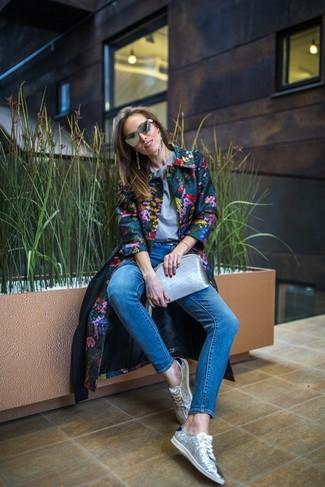 Как и с чем носить: разноцветное пальто с цветочным принтом, серая футболка с круглым вырезом, синие джинсы скинни, серебряные низкие кеды с пайетками