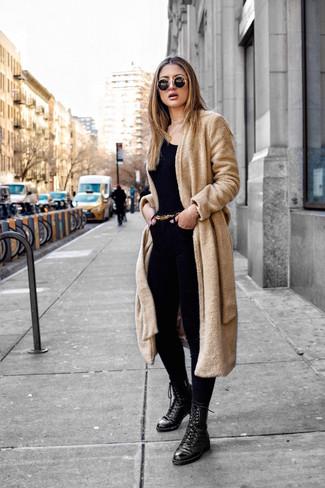 Как и с чем носить: светло-коричневое флисовое пальто, черная футболка с круглым вырезом, черные джинсы скинни, черные кожаные ботинки на шнуровке