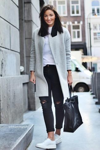 Если ты ценишь удобство и практичность, тебе понравится сочетание серого пальто и черных рваных джинсов скинни. Что касается обуви, можно отдать предпочтение удобству и выбрать белые кожаные туфли дерби.
