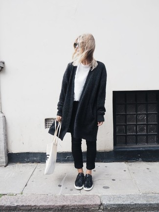 Как и с чем носить: темно-серое вязаное пальто, белая футболка с круглым вырезом, черные джинсы, черные кожаные низкие кеды