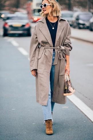 Как и с чем носить: коричневое пальто в клетку, темно-синяя футболка с круглым вырезом, голубые джинсы, коричневые замшевые ботильоны